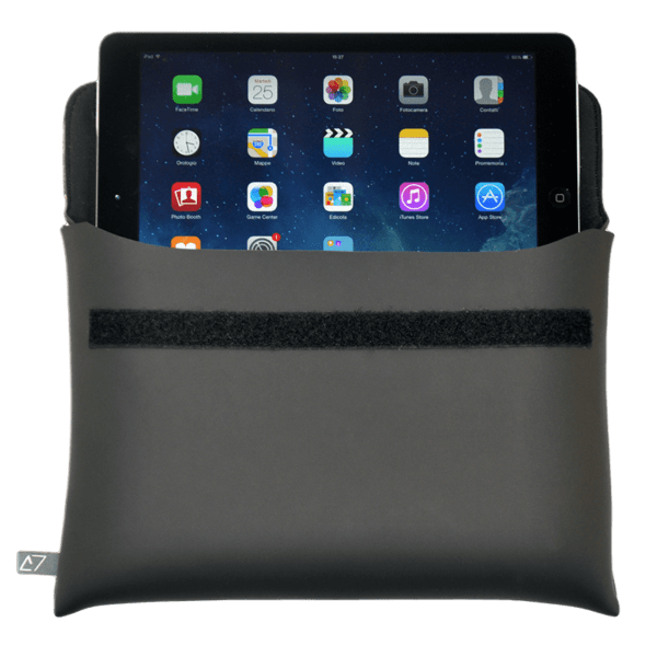 clutch-bag-ipad-case-neoprene-black-secure-closure-logo-Derriereitalia