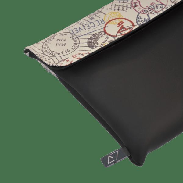 clutch-bag-ipad-case-9.7-neoprene-graphic-worldwide-postmark-front-detail-logo-Derriereitalia