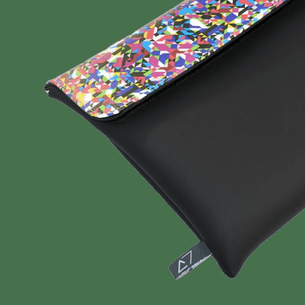 clutch-bag-ipad-case-9.7-neoprene-graphic-pixel-tv-front-detail-logo-Derriereitalia