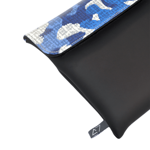 clutch-bag-ipad-case-9.7-neoprene-graphic-blue-camuflage-camu-front-detail-logo-Derriereitalia
