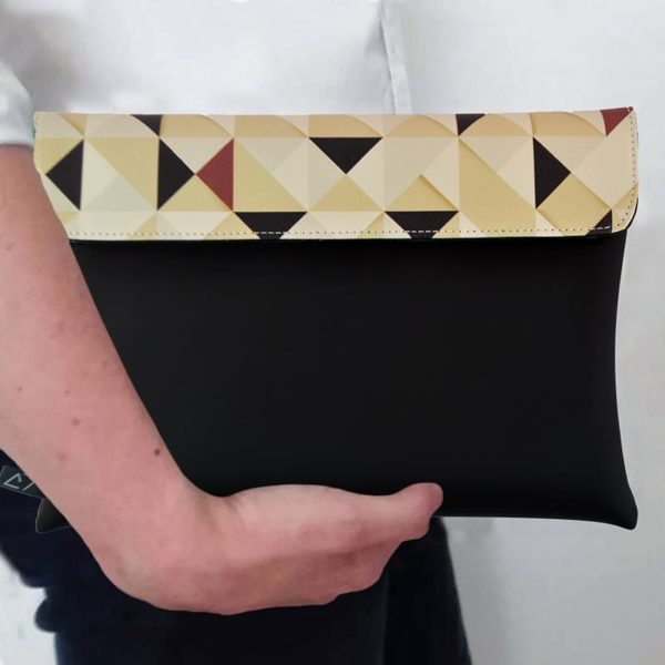 outfit-ideas-clutch-bag-ipad-case-9.7-neoprene-graphic-beige-triangle-pattern